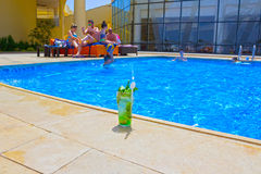 Sharm El谢赫,埃及- 2017年4月14日:休息在游泳池的人民 库存照片