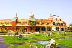Sharm El谢赫,埃及- 2017年4月10日:看法豪华旅馆水色蓝色Sharm 5担任主角与蓝天的天 免版税图库摄影