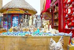 Sharm El谢赫,埃及- 2017年4月13日:雪花石膏猫和小雕象在埃及纪念品店 库存照片