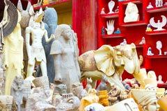 Sharm El谢赫,埃及- 2017年4月13日:雪花石膏猫和小雕象在埃及纪念品店 图库摄影