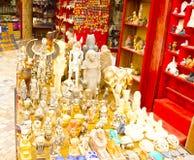Sharm El谢赫,埃及- 2017年4月13日:雪花石膏猫和小雕象在埃及纪念品店 免版税库存照片