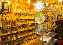 Sharm El谢赫,埃及- 2017年4月13日:雪花石膏花瓶和小雕象在埃及纪念品店 免版税库存照片