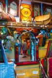 SHARM EL谢赫,埃及- 2009年7月9日 在一家老商店显示的各种各样的阿拉伯古色古香的对象在义卖市场 库存照片