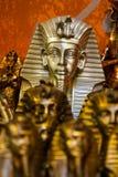 SHARM EL谢赫,埃及- 2009年7月9日 在一家老商店显示的各种各样的阿拉伯古色古香的对象在义卖市场 免版税库存图片