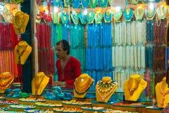 SHARM EL谢赫,埃及- 2009年7月9日 在一家老商店显示的各种各样的阿拉伯古色古香的对象在义卖市场 免版税库存照片