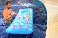 Sharm El谢赫- 2017年4月12日:在游泳池的旅游享用的鸡尾酒 库存照片