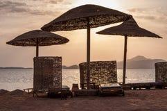 沙滩伞在阳光下, Sharm El谢赫,埃及 免版税库存图片