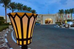 SHARM EL-SCHEICH, ÄGYPTEN - 27. AUGUST 2015: Lampen liefern szenisches Licht vor Hotel Lizenzfreie Stockfotos
