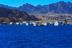 Sharm el-Sheikh, Ägypten - 14. März 2018 luxuriöse weiße Bewegungsyacht im Roten Meer gegen den blauen Himmel von alten Korallenr Lizenzfreies Stockfoto