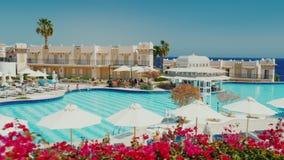 Sharm El Sheikh, Египет, март 2017: Гостиница курорт с большим бассейном, баром и зонтиками солнца туристы видеоматериал
