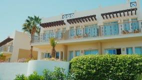 Sharm El Sheikh, Египет, март 2017: Здание курортного отеля Вокруг хорошо выхоленных территории, кустов и цветков сток-видео
