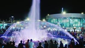 Sharm El Sheikh, Египет, март 2017: Накаляя фонтан в квадрате Soho Толпа туристов восхищает красивое сток-видео