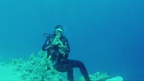 Sharm El Sheikh, Египет, март 2017: Профессиональный водолаз связывает с знаками под водой сток-видео