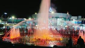Sharm El Sheikh, Египет, март 2017: Толпа туристов смотрит известный фонтан петь с освещением цвета акции видеоматериалы