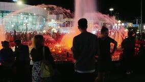 Sharm El Sheikh, Египет, март 2017: Туристы имеют потеху и танцуют вокруг фонтана петь в квадрате Soho акции видеоматериалы