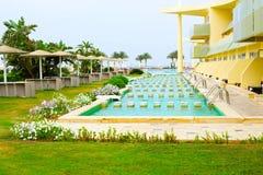 Sharm El Sheikh, Египет - 13-ое апреля 2017: Взгляд роскошной гостиницы Barcelo Tiran Sharm 5 играет главные роли на дне с голубы Стоковые Фото