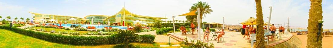 Sharm El Sheikh, Египет - 12-ое апреля 2017: Взгляд роскошной гостиницы Barcelo Tiran Sharm 5 играет главные роли на дне с голубы Стоковые Фото