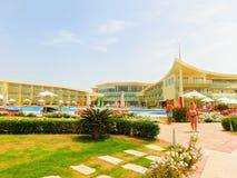 Sharm El Sheikh, Египет - 12-ое апреля 2017: Взгляд роскошной гостиницы Barcelo Tiran Sharm 5 играет главные роли на дне с голубы Стоковые Изображения