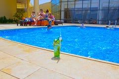 Sharm El Sheikh, Египет - 14-ое апреля 2017: Люди отдыхая в бассейне Стоковые Фото
