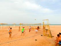 Sharm El Sheikh, Египет - 9-ое апреля 2017: Туристы играют волейбол на баре отеля на пляже Стоковая Фотография