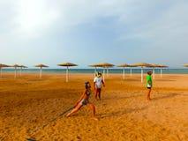 Sharm El Sheikh, Египет - 9-ое апреля 2017: Туристы играют волейбол на баре отеля на пляже Стоковые Фотографии RF