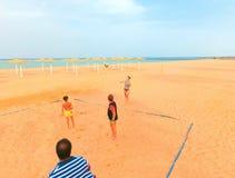 Sharm El Sheikh, Египет - 9-ое апреля 2017: Туристы играют волейбол на баре отеля на пляже Стоковое Изображение