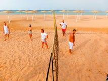 Sharm El Sheikh, Египет - 9-ое апреля 2017: Туристы играют волейбол на баре отеля на пляже Стоковые Изображения