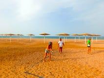 Sharm El Sheikh, Египет - 9-ое апреля 2017: Туристы играют волейбол на баре отеля на пляже Стоковая Фотография RF