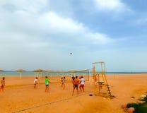 Sharm El Sheikh, Египет - 9-ое апреля 2017: Туристы играют волейбол на баре отеля на пляже Стоковое Изображение RF
