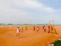 Sharm El Sheikh, Египет - 9-ое апреля 2017: Туристы играют волейбол на баре отеля на пляже Стоковые Фото