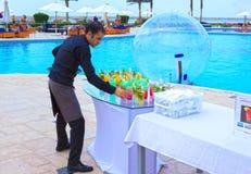 Sharm el Sheikh - April 12, 2017: hotellarbetare som förbereder coctailar på en simbassäng Royaltyfri Foto