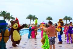Sharm el Sheikh - April 12, 2017: Turister på animeringen spelar på Barcelo Tiran Sharm hotell 5 Royaltyfri Foto