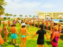 Sharm el Sheikh - April 12, 2017: Turister på animeringen spelar på Barcelo Tiran Sharm hotell 5 Arkivbild