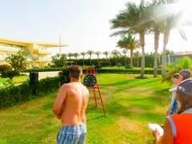 Sharm el Sheikh - 11 aprile 2017: Turisti sul gamea di animazione all'hotel 5 di Barcelo Tiran Sharm Fotografia Stock Libera da Diritti