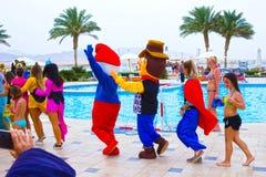 Sharm el Sheikh - 12 aprile 2017: Turisti sul gioco di animazione all'hotel 5 di Barcelo Tiran Sharm Immagini Stock