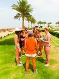 Sharm el Sheikh - 12 aprile 2017: Turisti sul gioco di animazione all'hotel 5 di Barcelo Tiran Sharm Immagine Stock