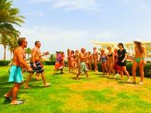 Sharm el Sheikh - 12 aprile 2017: Turisti sul gioco di animazione all'hotel 5 di Barcelo Tiran Sharm Immagine Stock Libera da Diritti