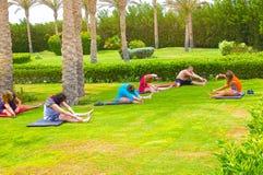 Sharm el Sheikh - 14 aprile 2017: Turisti sull'yoga di animazione all'hotel 5 di Barcelo Tiran Sharm Fotografia Stock