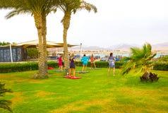 Sharm el Sheikh - 14 aprile 2017: Turisti sull'yoga di animazione all'hotel 5 di Barcelo Tiran Sharm Fotografia Stock Libera da Diritti