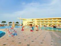 Sharm el Sheikh - 9 aprile 2017: Turisti sull'yoga di animazione all'hotel 5 di Barcelo Tiran Sharm Fotografia Stock