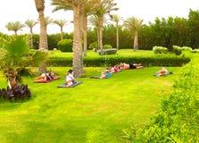 Sharm el Sheikh - 14 aprile 2017: Turisti sull'yoga di animazione all'hotel 5 di Barcelo Tiran Sharm Immagini Stock