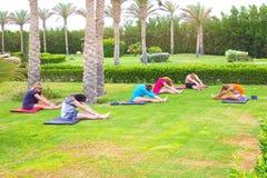 Sharm el Sheikh - 14 aprile 2017: Turisti sull'yoga di animazione all'hotel 5 di Barcelo Tiran Sharm Fotografie Stock