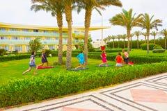 Sharm el Sheikh - 14 de abril de 2017: Turistas na ioga da animação no hotel 5 de Barcelo Tiran Sharm Fotografia de Stock