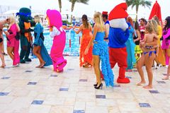Sharm el Sheikh - 12 de abril de 2017: Turistas no jogo da animação no hotel 5 de Barcelo Tiran Sharm Imagens de Stock