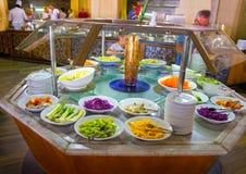 Sharm El Sheikh Egipt, Kwiecień, - 8, 2017: Ludzie wybierają jedzenie w bufet restauraci Obrazy Stock