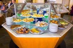 Sharm El Sheikh Egipt, Kwiecień, - 8, 2017: Ludzie wybierają jedzenie w bufet restauraci Zdjęcie Royalty Free