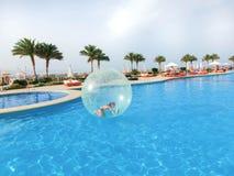 Sharm El Sheikh Egipt, Kwiecień, - 09, 2017: Mała dziewczynka w nadmuchiwanym balonie, mieć zabawę na wodzie Fotografia Stock