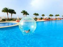 Sharm El Sheikh Egipt, Kwiecień, - 09, 2017: Mała dziewczynka w nadmuchiwanym balonie, mieć zabawę na wodzie Obrazy Stock