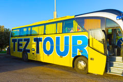 Sharm El Sheikh Egipt, Kwiecień, - 07, 2017: Wycieczka autobusowa TEZA wycieczki turysycznej czekaniem dla turystów Obraz Stock