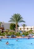 Sharm El Sheikh, Egipt, 28 2015 Lipiec: Turyści pływa w basenie przy kurortem Fotografia Royalty Free